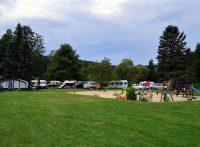 De camping en de speelplaats